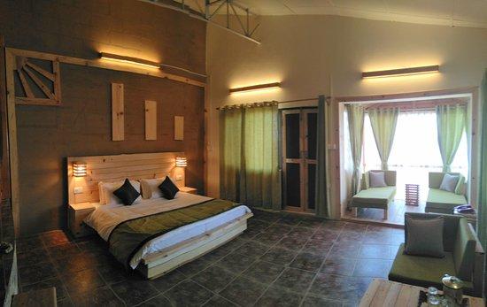 Jhaltola, Indien: Brand new Oak suites - bedroom and bay window.