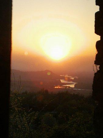 Il tramonto sul Po dalla finestra della sala