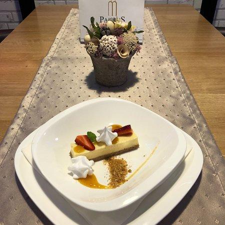 Mor, Hungary: Joghurtos túró szelet, vaníliás barack,habcsók.