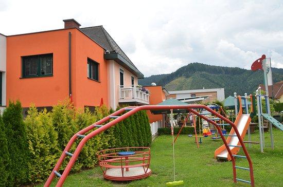 Knittelfeld, النمسا: Aussenbereich mit Kinderspielplatz