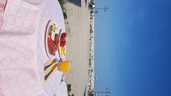 Villetta Phasiana: ...mit frischen Früchten, wenn der Gastgeber beim Markt vorbeikommt.