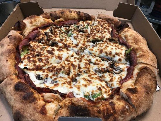 Windsor, Canada: Pizza garnie, pâte maison
