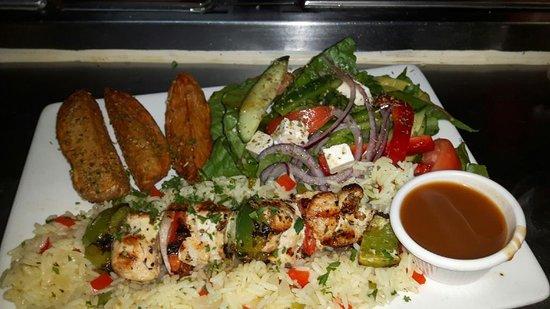 Windsor, Canada: Assiette de brochette de poulet avec patate quartier et salade du chef
