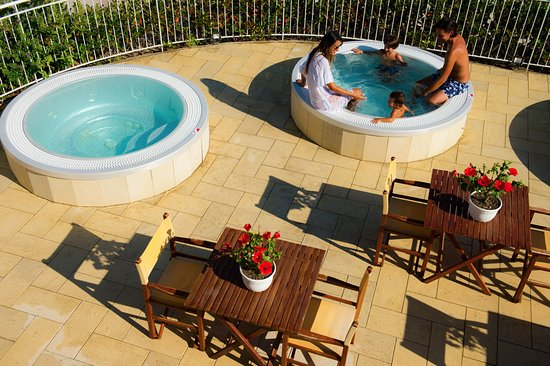 Vasche idromassaggio SPIAGGIA 90 - Picture of Hotel Cannes, Riccione ...
