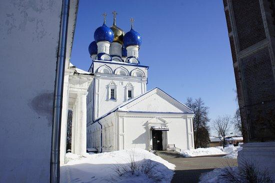 Bronnitsy, รัสเซีย: Собор со стороны входа в соседний храм