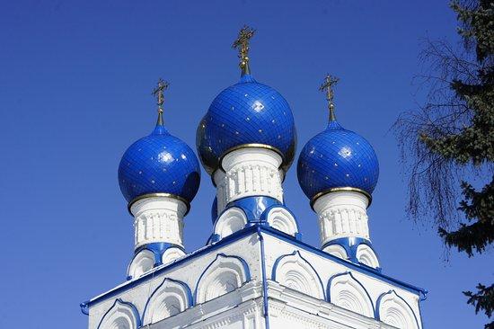 Bronnitsy, Russland: Яркие небесного цвета купола