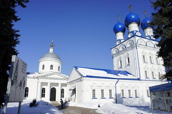 Bronnitsy, Russland: Слева - храм Иерусалимской иконы Божией Матери, а справа храм Михаила Архангела