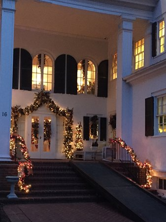 Berryville, VA: Outside nicely decorated for Christmas