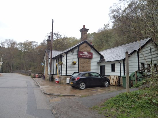 Grindleford, UK: Cafe adjacent to rail station