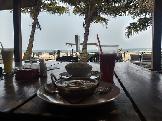 Morjim Coco Palms Beach Resort : vista al mar desde el restaurante del hotel