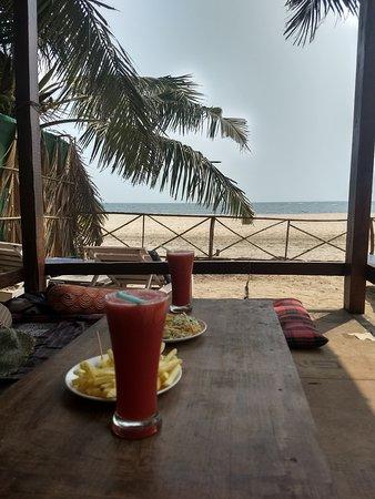 Morjim Coco Palms Beach Resort : espléndida vista al mar mientras desayunás!