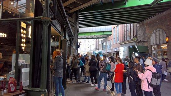 Fish!kitchen: Long queue at 12:00