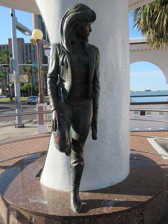 Selena Memorial-Mirador De La Flor : Strikingly modern bronze