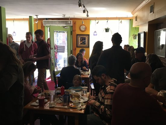 Newmarket, NH: Busy Saturday morning crowd eager for the delish brunch dishes.