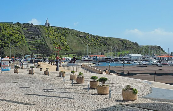 Praia da Vitoria Old City: A walkway all along the sea front, it is perfect for strolling along the water.