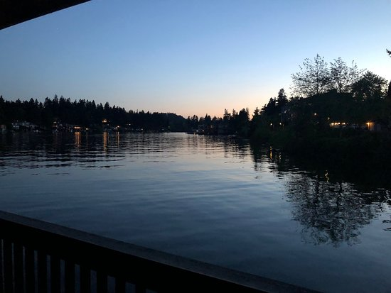 Lakeshore Inn: Sunset at Lake Oswego