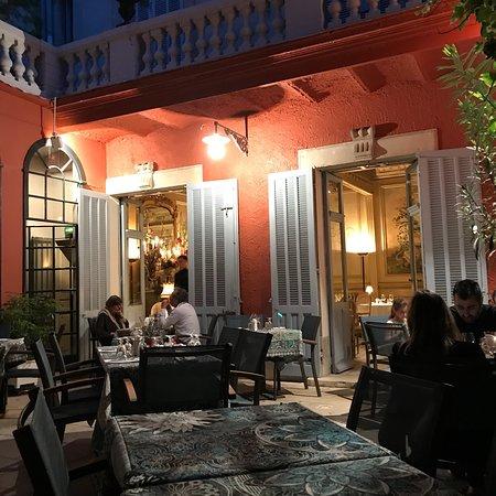 restaurant la salle a manger dans salon de provence avec. Black Bedroom Furniture Sets. Home Design Ideas