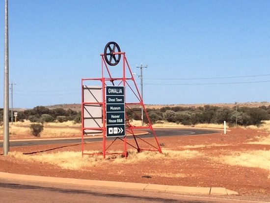 Leonora, Australia: A PoppetHead lookalike sign post