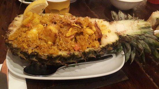 Bangkok Bites: Prato principal servido no abacaxi