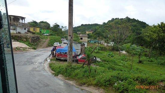 Nine Miles: Blick aus Dorf