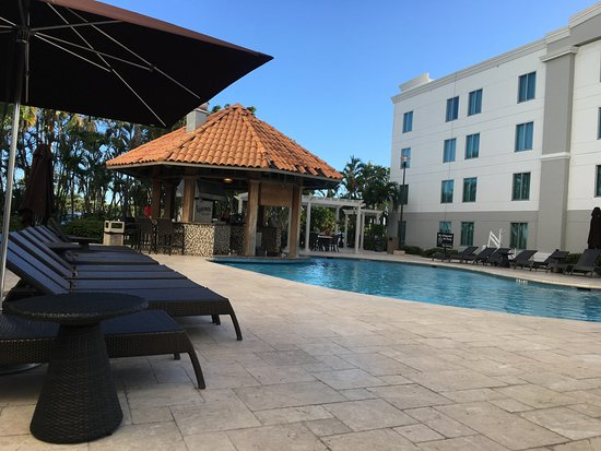 Hampton Inn & Suites San Juan: Swim up bar and grill.