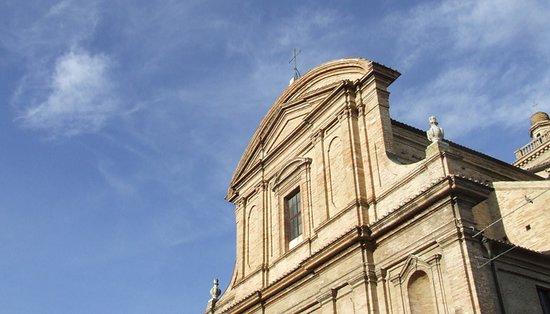 Filottrano, Italië: La chiesa è stata progetta da Mattia De Rossi.