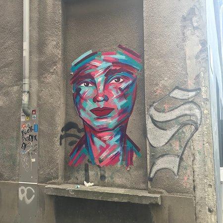 Enthusiastic graffiti tour