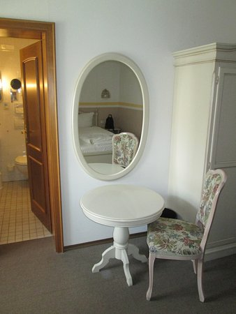 Hotel Blauer Hecht: Sitzecke, Tisch, Stuhl, Schrank