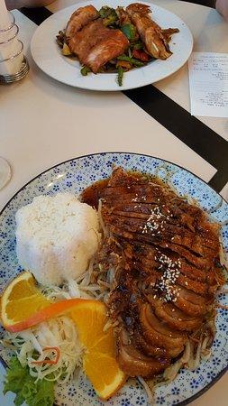 """MONGOLIAN BBQ: Верхняя тарелка это из """"монгольского"""" BBQ. А нижняя из соседнего суши ресторанчика."""