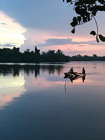 DiyaSisila Restaurant : overlooking the lagoon with two local boys fishing