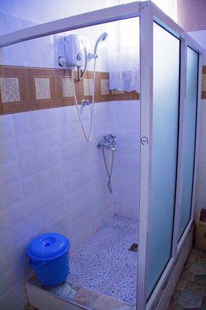 Sunyani, غانا: Shower