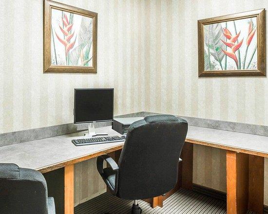 Econo Lodge Inn & Suites: Business center