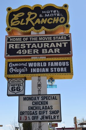 El Rancho Hotel & Motel: You can't miss the big sign