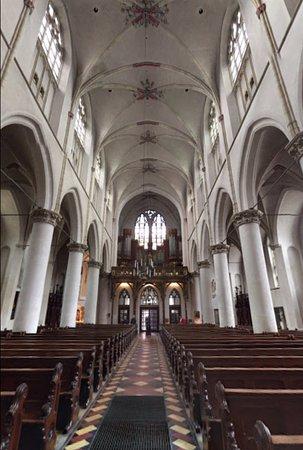 Het schip van de kathedraal met het orgel