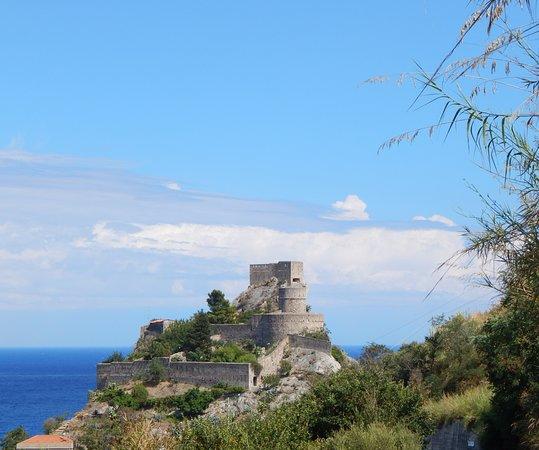 Sant' Alessio Siculo, Italia: Castello