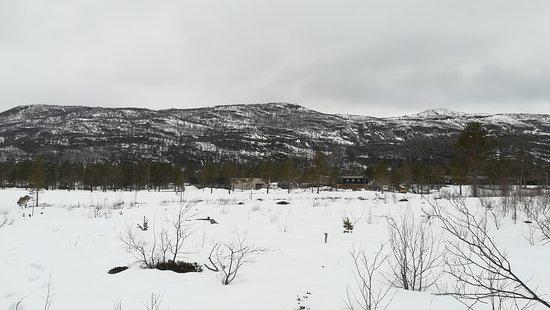 Finnmark, Noruega: w tle pod gorami zamarzniete jezioro.