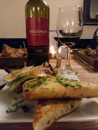 Barton, UK: Garlic bread and Reguengos wine