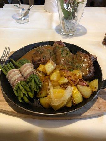 Wenden, Germany: De Berghofpfanne, 3 soorten vlees (Kalf / Rund / Varken) met aardappelen en bonen met spek