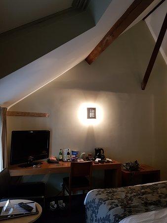 Hotel de Flandre: kamer met tv en minibar, waterkoker