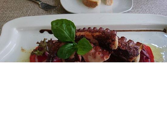 Ismaning, Deutschland: gegrillter Oktopus mit Tomaten-Zwiebel-Carpaccio