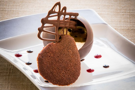 Le Mele-sur-Sarthe, ฝรั่งเศส: Sphére chocolat, mousse litchi et coulis passion