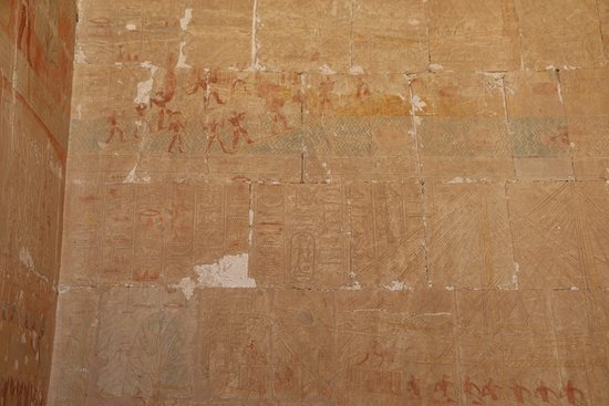 Templo funerario de Hatshepsut en Deir el Bahari: Ancient drawings still with some of the original color