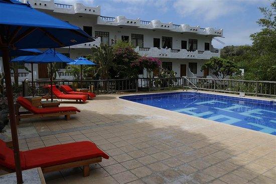 هوتل فييستا: Zwembad en terras, op de achtergrond gebouw met kamers