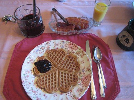 White Swan Inn Bed & Breakfast: Breakfast waffles, great blueberry preserves