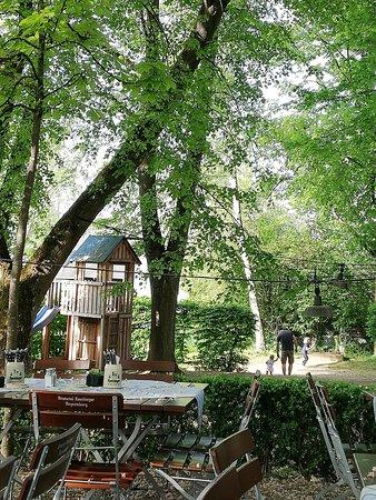 Hubertushohe: Bäume und Kinderspielplatz