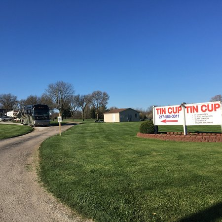 Mahomet, IL: Well kept grounds, April 2018
