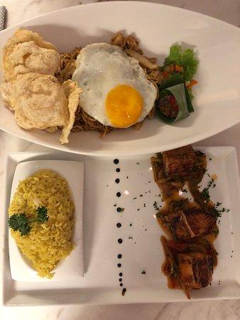 Batik - Mie Goreng & Salmon Teriyaki