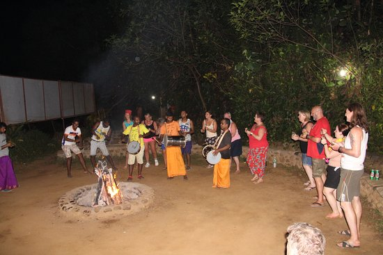 Kulem, Indien: Entertainment at campfire