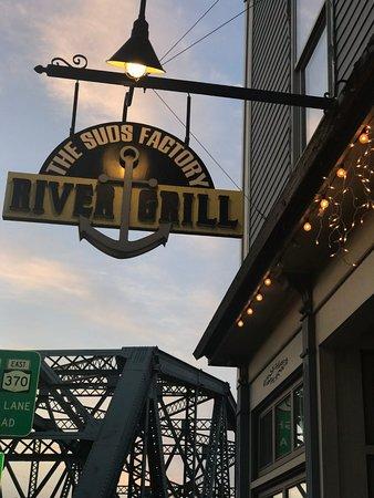 Baldwinsville, Estado de Nueva York: The Suds Factory River Grill on the Seneca River