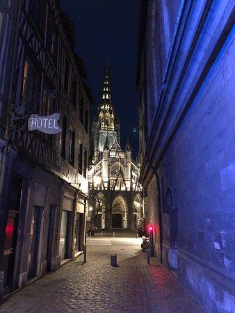 Hotel de la Cathedrale : Vue nocturne dans la ruelle où se trouve l'hôtel